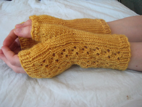 Lacy Knit Fingerless Gloves Pattern